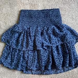 Lägger ut på nytt! Säljer denna kjol från lindex då den inte kommer till så mycket användning🌸bilderna är lånade men skriv för egna☺️ storlek 158-164. Köp direkt för 280kr. Obs! Bud är bindande, om du budar men sedan inte kan köpa varann riskerar du ditt konto att bli avstängt!