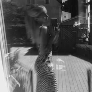 En lång stickad klänning med zebra mönster. Köpt för ungefär 4 månader sedan för 239kr men säljer för 195. Endast använd en gång och därför säljer jag klänningen för den kommer inte till användning. Extremt skön klänning🥰