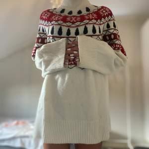 En stickad tröja med mönster upptill och vit nertill. Du betalar frakten🤍
