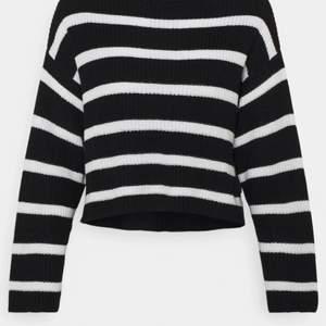 Säljer denna randiga stickade tröjan då den var lite för stor för mig💓💚köparen står för frakt😋