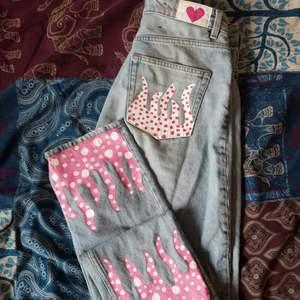Väldigt fina och sköna jeans i bra skick med målade mönster på.