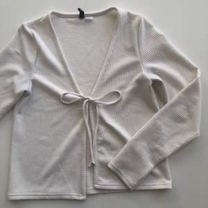 Såå himla fin och trendig kofta/tröja från H&M🤍💗 Strl M men passar mig bra som är S💗 Den har råkat få pyttelite färg i toppen på snöret men ingenting som man märker och kan enkelt fixas men sänker såklart priset pga det💗 Köparen står för frakt