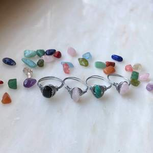 Superfina och välgjorda ringar av olika sorters stenar och kristaller🤩 man får med en beskrivning av egenskaper på stenen på ringen man köper!! Se bild 2 för att få egenskaperna på stenarna på bild 1💘 varje ring kostar 20kr och två kostar 30kr. Det finns många fler stenar jag kan göra ringar av så det är bara att önska