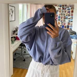 Jättefin blå tröja från BikBok, fint skick, går att knyta så passar flera strl💕 Bara att skriva om det finns frågor🥰
