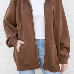 Detta är en svart och en brun zip up hoodie från brandy Melville, man kan köpa en för 250 kr + 66 kr frakt eller båda för 700 kr + 99 kr frakt