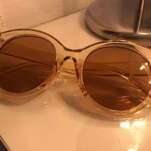 Säljer dessa superfina solglasögon ifrån ur och penn i väldigt fint skick!