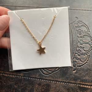 Guldigt halsband med en stjärna, tror det är från glitter, som man ser på bilderna så är det inte ens öppnad från förpackningen då jag helt enkelt föredrar silversmycken💕💕 (rätt säker att det ej är äkta guld). Kan skicka😊