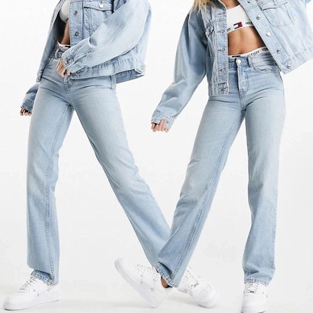 Ett par raka jeans ifrån asos som lägger sig fint över skorna! Säljer pga att dom inte passar mig! Storlek 26/32 men passar både nån storlek större och även mindre, beror på hur man vill ha dom! Säljer för 200kr inklusive frakt, (priset kan diskuteras)🥰. Jeans & Byxor.