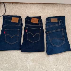 3 par märkes jeans från Levis och Lee. Alla är i storlek 24 vilket motsvarar en XS men skulle säga en stor XS och en Liten S. Aldrig använda och köptes runt ca tusenlappen. Dem säljs då dem är lite förstora för mig som är en XXS. Dem säljs för 500+frakt st❤️ eller alla för 1000+frakt!🤩 frakten är ännu inte uträckand. Ej prutning.