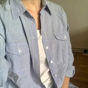 Blårutig skjorta från Sinclair ny Kappahl strl 38. Den har även två bröstfickor och är i ett typiskt skjortmaterial   69kr + frakt   #skjorta