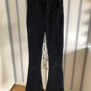 Svarta bootcutjeans från Gina tricot som är i bra skick! De var avklippa när jag köpte dem och de är i storlek xs!