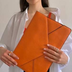 Stilren väska alternativt datorfodral endast använd fåtal gånger. En liten innerficka finns för läppglans m.m. Fri frakt! Kontakta mig gärna om ytterligare frågor finns❤️