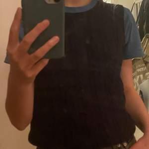 Marinblå klassisk sweater vest  obs: kvaliten försämras på Plick men skriv privat för fler bilder