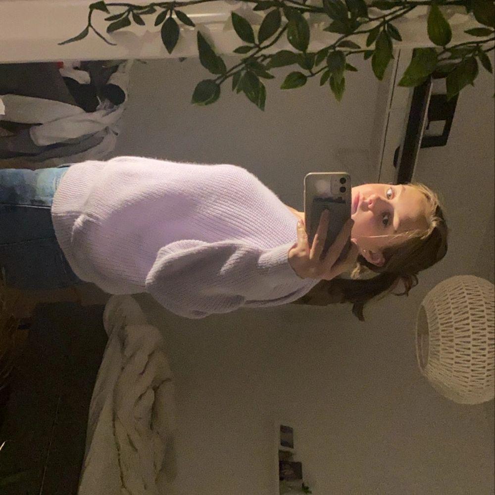 Säljer min lila stickade tröja med en arm från Boohoo. Storlek S/M. Nypris 299kr, mitt pris 100kr. Knappt använd, kontakta vid frågor🧚🏻♀️. Stickat.