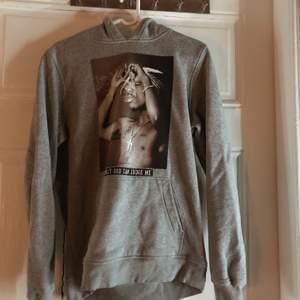 2 Pac hoodie i S, köpt från Junkyard som tyvärr inte kommer till användning längre!🙁 Har tagit ur snörena för tyckte hoodien blev mycket snyggare då💕 Säljer för 300 nypris 700! Kan mötas upp och skicka men då tillkommer fraktkostnad❣️