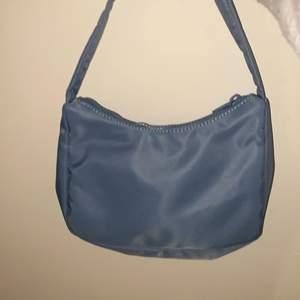 Denna mörkblåa väska från Gina tricot säljer jag för ej andvändning av✨