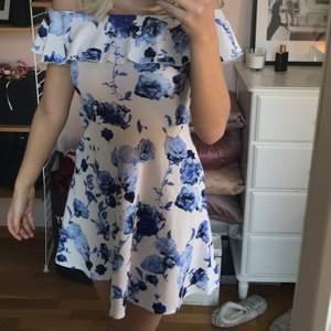 Världens sötaste vita klänning med blåa rosor. 🤍✨Den går att bära som på första bilderna utan band eller som på sista bilden med band. 💫💙Buda från 150kr eller köp direkt för 270kr.☺️