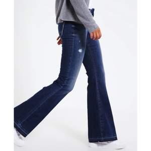 HELT NYA! Flared jeans från Zalando, märket är LBT. Köpta för 749kr och aldrig använda supersnygga, använder bara inte flarejeans så mycket så därför säljer jag dom😅 Länk: http://www.ltbjeansonline.com/women-jeans-ltb-silvia-flared-jeans-morning-wash-p-105.html