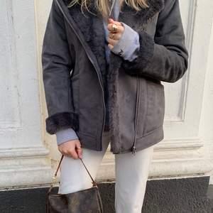 Skitsnygg grå jacka från HM med fake päls både inne och ute på jackan, även i slutet på ärmarna. Buda i budgivningsfunktionen, hör gärna av dig om du önskar fler bilder💖