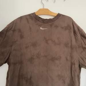 T-shirt från weekday med EGET nike tryck som jag sytt själv:))) T-shirten finns inte kvar och är köppt för 500kr. Den går ner ungefär till mitten av låret på mig (är 175). Skriv för mer bilder<3
