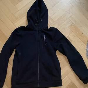 En svart zip hoodie från sail racing. Bara använd cirka 7 gånger. Inga fläckar och är sprillans ny