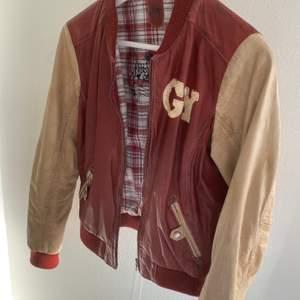 Säljer min läder collegejacka från Gipsy, det är äkta läder och fint skick, inga sprickor eller flagningar på materialet 😽 Först till kvarn, om fler vill ha den så blir det budgivning 💕STORLEK M