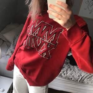 Röd sweatshirt med tryck på framsidan, använd ett fåtal gånger. Storlek M, jag är en xs-s! 150+frakt