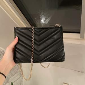 Säljer min handväska då den inte kommer till användning, frakt kostar ca 48kr 😙😙😙