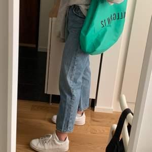 Croppade jeans från monki i blått! 🌻💗 jättefina och passar så bra nu till våren!