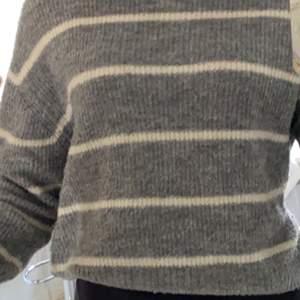 Grå vit randig stickad tröja från H&M, Jätte skön stickad tröja som inte sticks alls använd men i fint skick den är lite nopprig längst ner, kontakta för fler bilder eller frågor. Skriv gärna privat eller i kommentarerna om ni är intresserade.