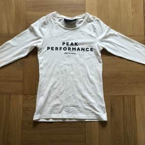 Peakperformance tröja i bra skick. Använd fåtal gånger, säljer då den inte kommer til användning.