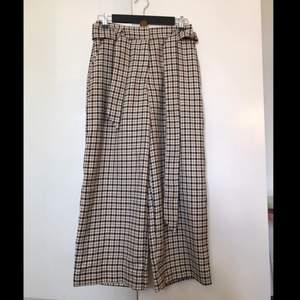 Kostymbyxor från H&M i strl 38. Vida ben och lös passform.