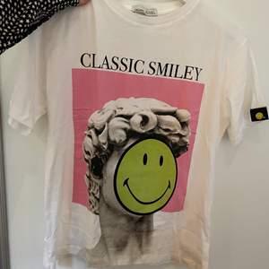 En helt ny t shirt med en smiley på som är helt oanvänd❤️❤️