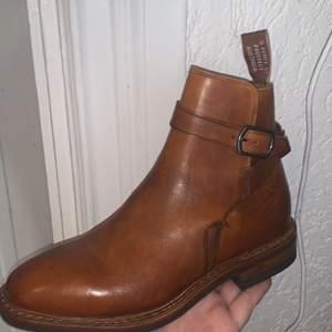 säljer ett par äkta R.M.Williams storlek 36. Skorna är helt nya och endast testade inomhus. Tillkommer kartong och dustbags. Saknar tyvärr kvitto då dem är köpta på en outlet. Skornas nypris ligger runt 5000.