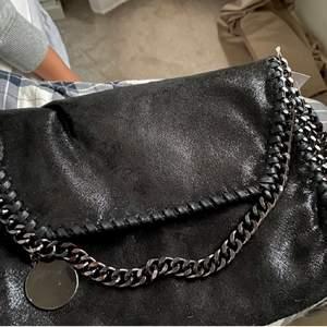 Säljer denna liknande Stella väska i svart glittrig färg, så fin och passar till allt🌸🌟säljer endast vid bra bud och den är aldrig använd🌟bilden är lånad. Kom privat vid frågor eller funderingar✨🧚säljer även samma väska i blått.