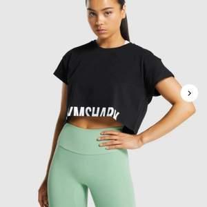 Croppad träningstshirt från gymshark i xs. Passar s med. Knappt använd och därför i nyskick. Köparen står för frakt🥰