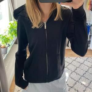 Svart zip-up hoodie i väldigt bra skick. Sällan använd i storlek M, skulle säga att den är mer som S. Betalning sker via Swish. Bud på 220kr