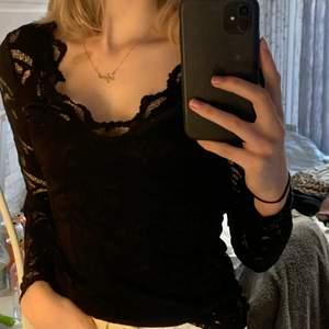 jättefin blus/tröja i spets och med vringning❤️