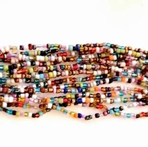 Armband pärlor med läckert träspänne . Bredd 4 cm justerbar längd. Snyggt till sommaren . Köpt på smyckorama . Nypris 399kr
