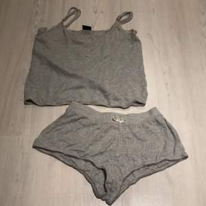 En super fin och gullig pyjamas med mönster och spets, det är reglerbara axelband. Byxorna passar S men sitter nog bäst på XS, tröjan sitter bra på både S och XS. Använd några gånger men väldigt fint skick. Shortsen har resår i midjan. Du står för frakten✨