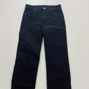 Svarta högmidiade jeans, har använts en gång