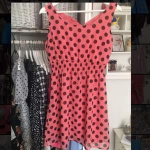 Säljer denna super fina klänning i rockabilly tema. Köpare står för frakten 💕