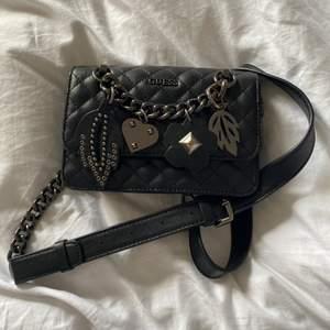 Svart Guess-väska med silverdetaljer