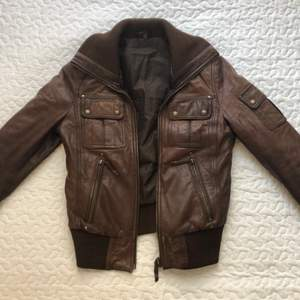 Brun vintage äkta läderjacka i storlek 32, köpt secondhand. 200kr + frakt 🌼