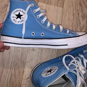 *Säljer igen pga oseriös köpare* Superfina blå Converse som nästan är helt oanvända eftersom de är lite små för mig. Superfint skick och jättesnygga nu till våren🥰  Lägg bara bud du står för då bud är bindande!