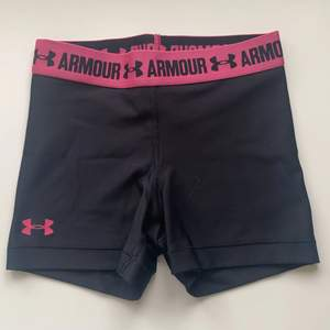Svarta och rosa Under Armour tränings shorts. Storlek  XS. 50kr + frakt!💕