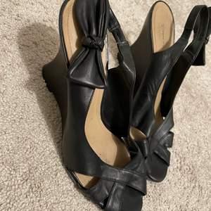 Säljer ett par knappt använda sandaletter/klackar från Ten Points. Skorna är i svart läder med en rosett på bandet vid ankeln. Funkar för 38/39!! säljer för att dom är för små för mig som har storlek 40.  Skriv för fler frågor och bilder😀😃😄😁😆
