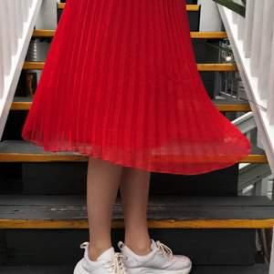 Superhärlig plisserad långkjol i storlek 36. Bra skick och sparsamt använd. Perfekt nu till sommaren! Fraktkostnad tillkommer.