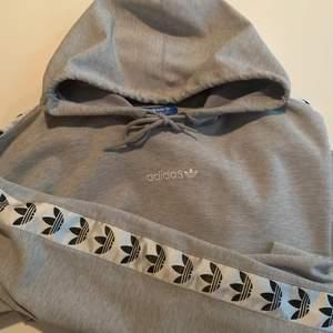 Säljer denna hoodie som är i grymt bra skick, endast en liten svart fläck bak på ryggen nere till vänster ( se andra bilden ). Svår att få tag på då den varit sjukt populär under ett längre tag. Storlek XL och sitter lite baggy. Helst swish men plick pay funkar.