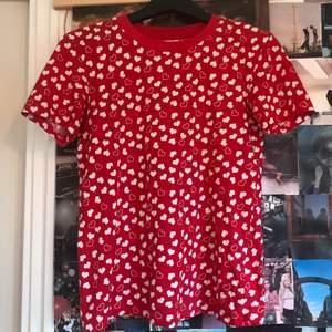 """En väldigt söt, röd och vit hjärtmönstrad T-Shirt från & other stories:) Väldigt mjuk i materialet och bara använd ett fåtal gånger! Passar till det mesta och är lite i 70-tals stilen eller """"indie""""✨ För jämförelse är jag en storlek S/M. Säljer för att jag inte använder den."""